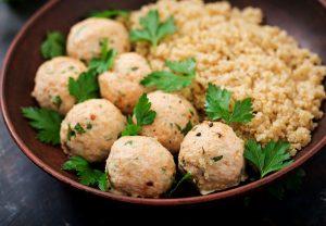 Bolitas saludables con arroz, quinoa y atún